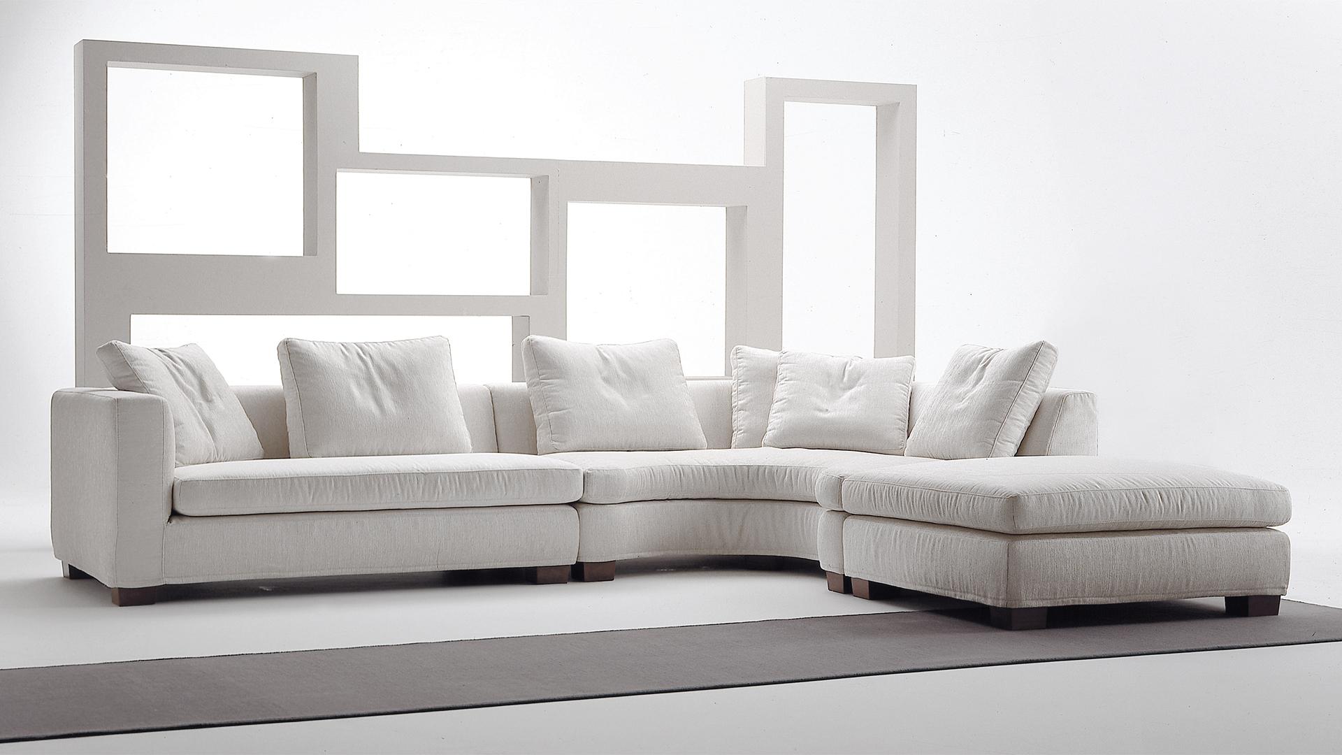 divano-angolare-con-pouf-rotondo-levante-murtarelli